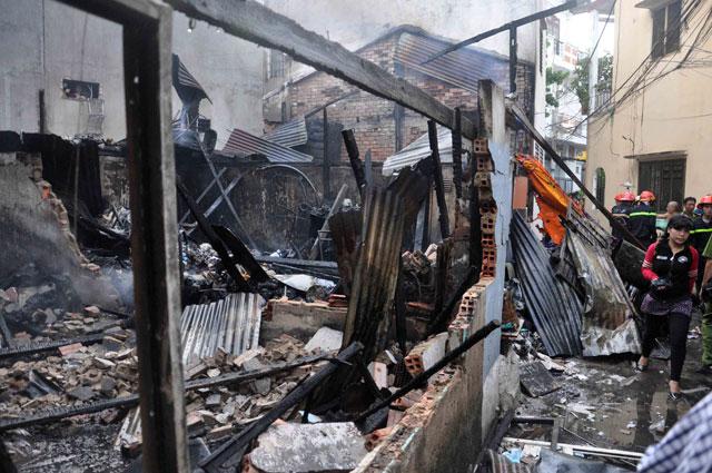 TPHCM: Cứu mẹ con sản phụ giữa ngọn lửa trùm 3 căn nhà - 10