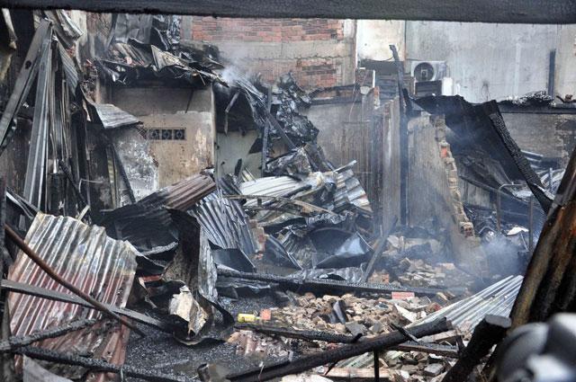 TPHCM: Cứu mẹ con sản phụ giữa ngọn lửa trùm 3 căn nhà - 7