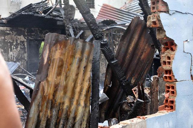 TPHCM: Cứu mẹ con sản phụ giữa ngọn lửa trùm 3 căn nhà - 5
