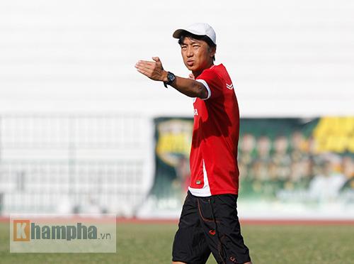 """Thầy trò HLV Miura """"dãi nắng, dầm mưa"""" ở Thái Lan - 1"""