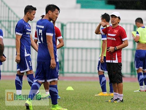 """Thầy trò HLV Miura """"dãi nắng, dầm mưa"""" ở Thái Lan - 11"""
