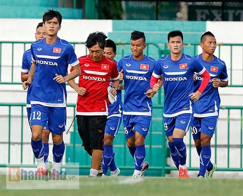 """Thầy trò HLV Miura """"dãi nắng, dầm mưa"""" ở Thái Lan - 6"""
