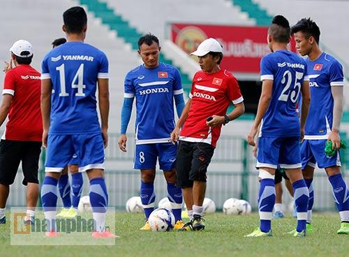 """Thầy trò HLV Miura """"dãi nắng, dầm mưa"""" ở Thái Lan - 8"""