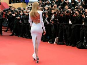 """LHP Cannes bị """"ném đá"""" vì cấm đi giày bệt lên thảm đỏ."""
