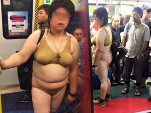 """""""Thảm họa nội y"""" xuất hiện trên tàu điện ngầm châu Á"""