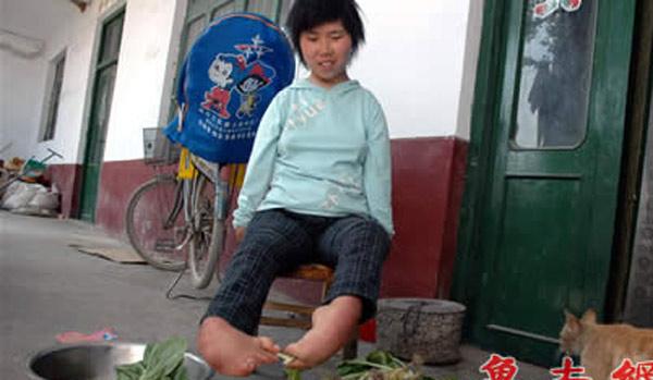 Bà mẹ không tay dùng đôi chân tật nguyền chăm con - 4