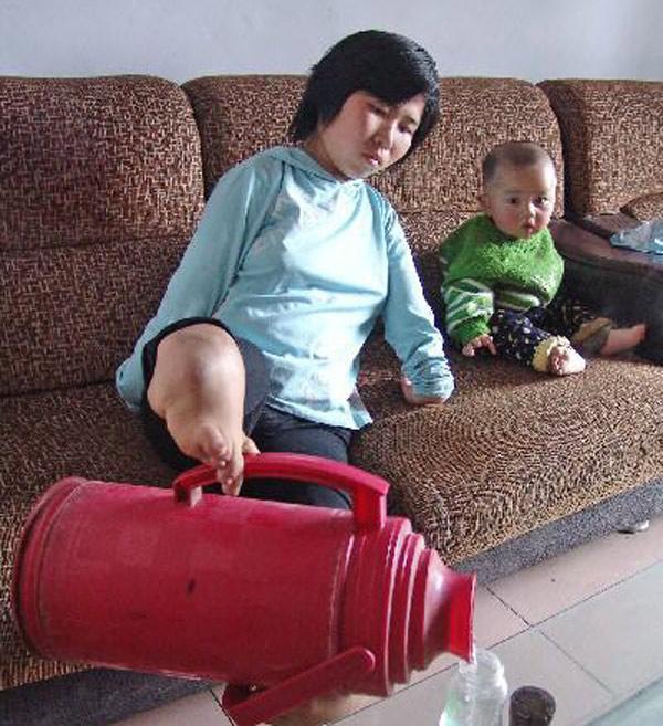 Bà mẹ không tay dùng đôi chân tật nguyền chăm con - 6