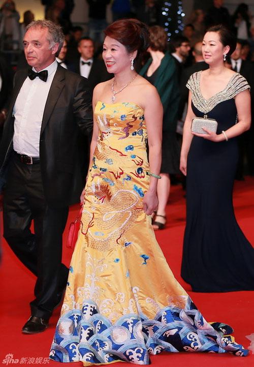 """Thư Kỳ khoe ngực """"mini"""" với váy xuyên thấu ở Cannes - 4"""
