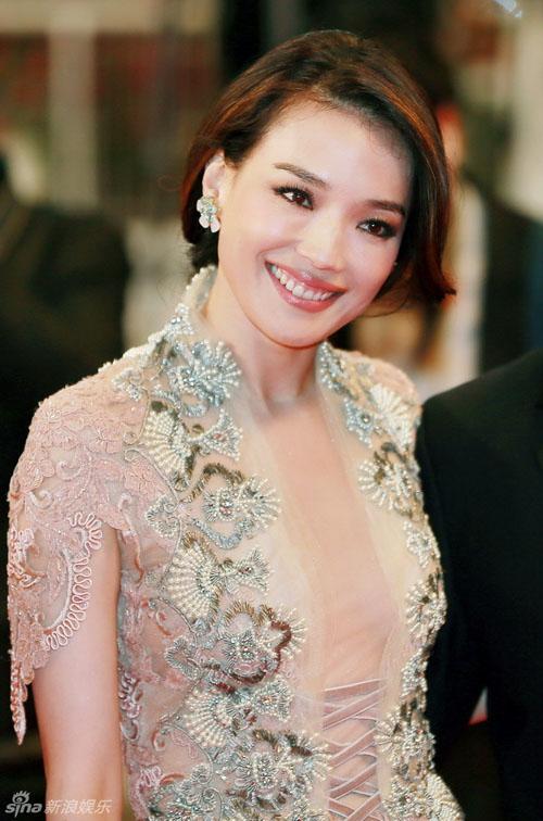 """Thư Kỳ khoe ngực """"mini"""" với váy xuyên thấu ở Cannes - 1"""