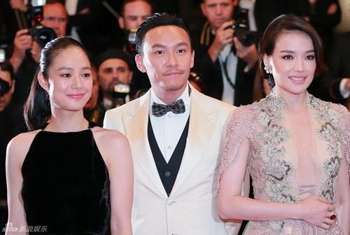 """Thư Kỳ khoe ngực """"mini"""" với váy xuyên thấu ở Cannes - 3"""