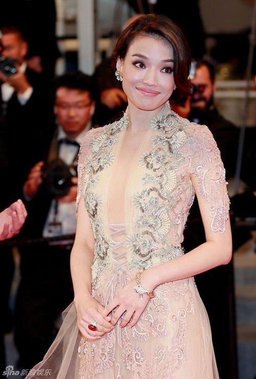 """Thư Kỳ khoe ngực """"mini"""" với váy xuyên thấu ở Cannes - 2"""
