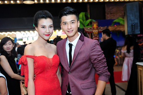 Bạn gái Huỳnh Anh khoe vai trần nuột nà - 1