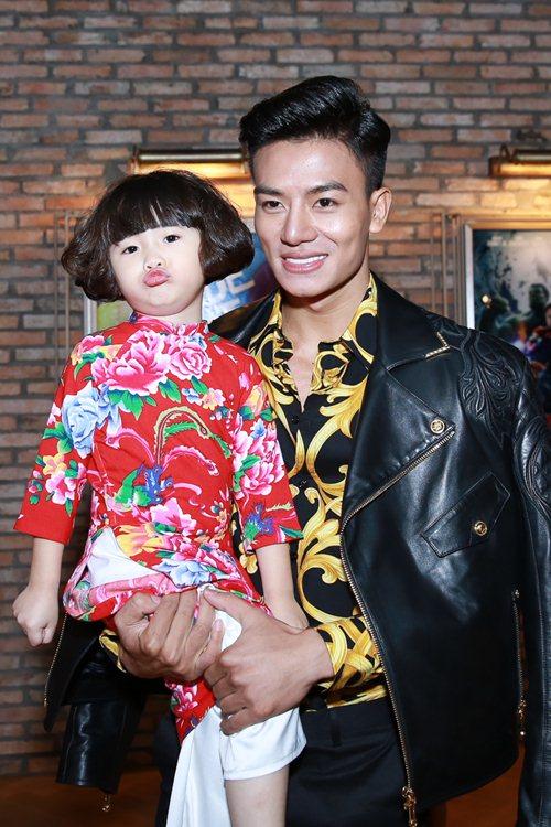 Bạn gái Huỳnh Anh khoe vai trần nuột nà - 10