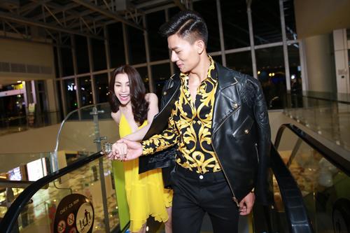 Trà Ngọc Hằng diện váy 3000 USD, gợi cảm bên Hiếu Nguyễn - 8