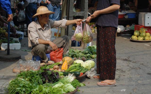 Lần 3 xăng tăng giá: Sức ép mới lên người dân, DN - 1