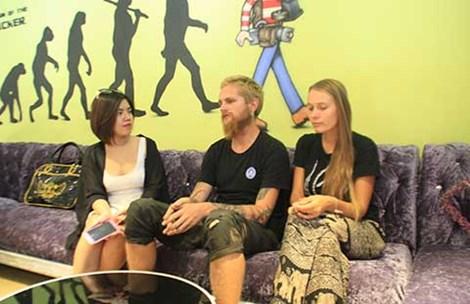 """Cặp đôi Tây xin tiền ở HN: """"Chúng tôi chỉ muốn về nhà"""" - 1"""