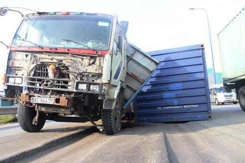 TPHCM: Đại lộ nghìn tỷ thành ruộng bậc thang, container gặp nạn - 2