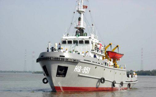 Tàu Hải quân cứu tàu cá bị nạn trên biển Hoàng Sa - 1