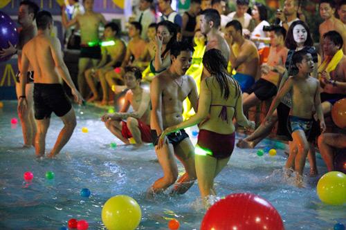 Tiệc bikini: Sao phải khắt khe với giới trẻ? - 2