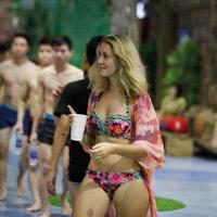 Tiệc bikini: Sao phải khắt khe với giới trẻ? - 4