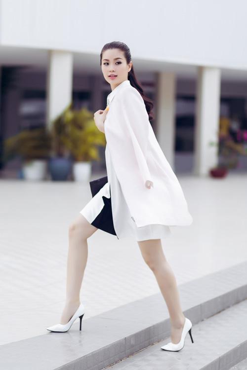 Á hậu Diễm Trang bất ngờ sexy với váy 2 dây - 11