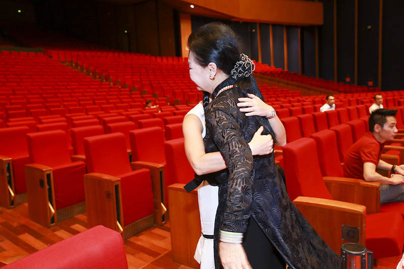 Khánh Ly xúc động ôm Hồng Nhung, Mỹ Linh - 2