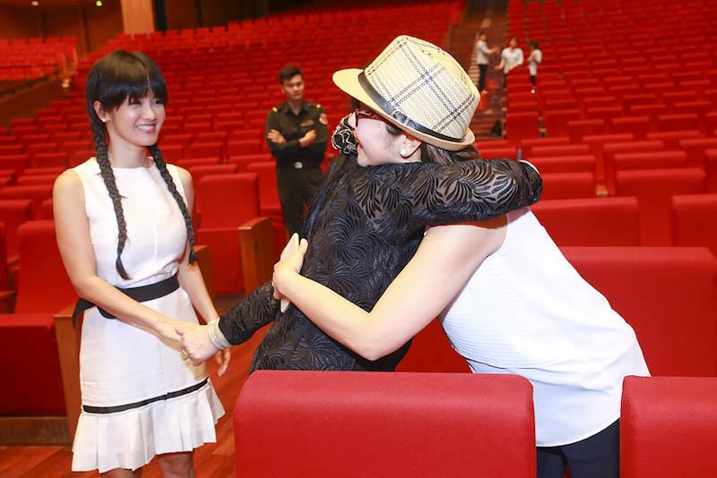 Khánh Ly xúc động ôm Hồng Nhung, Mỹ Linh - 1