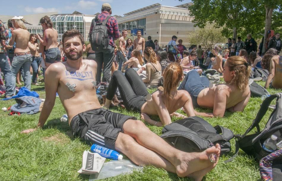 Sinh viên Mỹ biểu tình đòi để ngực trần - 2