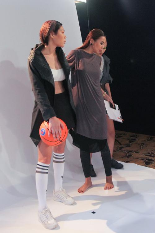 Thanh Hằng đi chân đất dạy thí sinh Top Model đấm bốc - 1