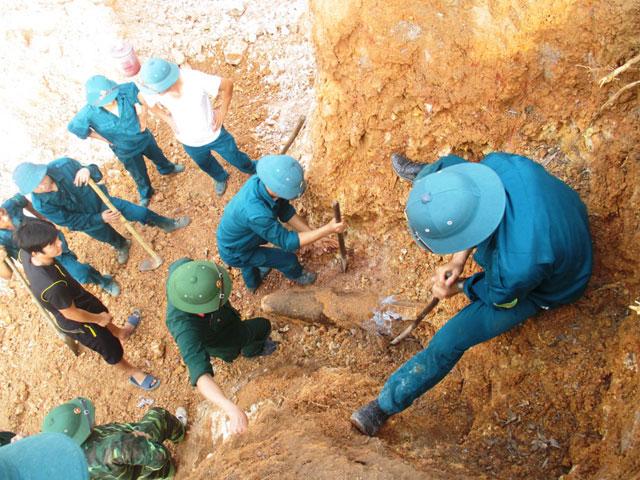 Phát hiện quả bom nặng hơn 200kg trong vườn nhà dân - 1