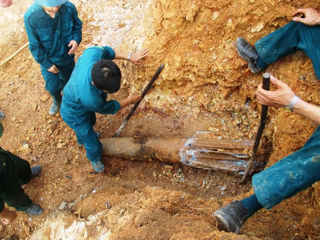 Phát hiện quả bom hơn 200kg trong vườn nhà dân - 2