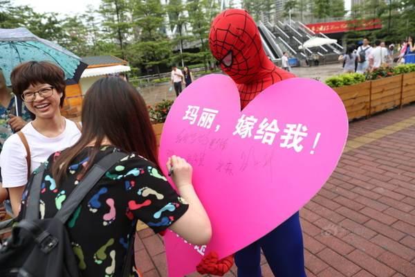 """""""Người nhện"""" treo mình trên cao 450m cầu hôn bạn gái ảo - 4"""