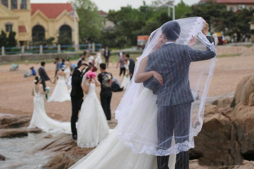 """Hàng trăm cặp đôi đổ xô chụp ảnh cưới ngày """"anh yêu em"""" - 1"""