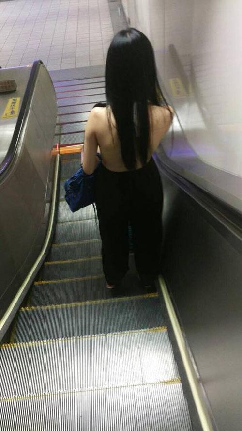 TQ: Cô gái mặc yếm hở trọn lưng trần ở nơi công cộng - 2