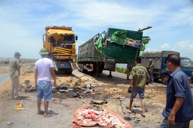 Hai xe tải đâm nhau, 4 người thương vong - 2