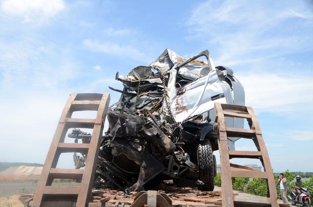 Hai xe tải đâm nhau, 4 người thương vong - 4