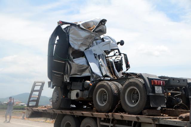 Hai xe tải đâm nhau, 4 người thương vong - 3