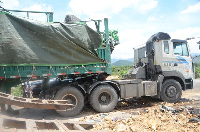 Hai xe tải đâm nhau, 4 người thương vong - 8