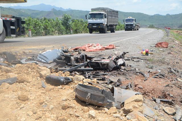 Hai xe tải đâm nhau, 4 người thương vong - 6