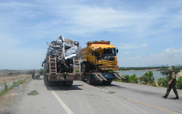 Hai xe tải đâm nhau, 4 người thương vong - 9