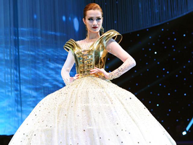 """Đông Nhi mặc váy """"khủng"""" gây ấn tượng trên sàn diễn"""