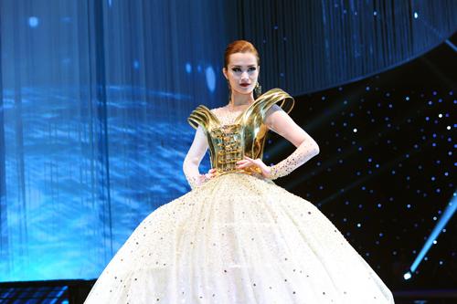 """Đông Nhi mặc váy """"khủng"""" gây ấn tượng trên sàn diễn - 5"""