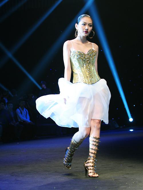 """Đông Nhi mặc váy """"khủng"""" gây ấn tượng trên sàn diễn - 18"""