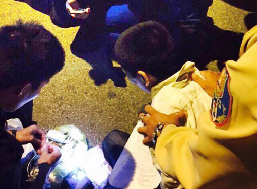 Cảnh sát quật ngã người vận chuyển ma túy bằng taxi - 1