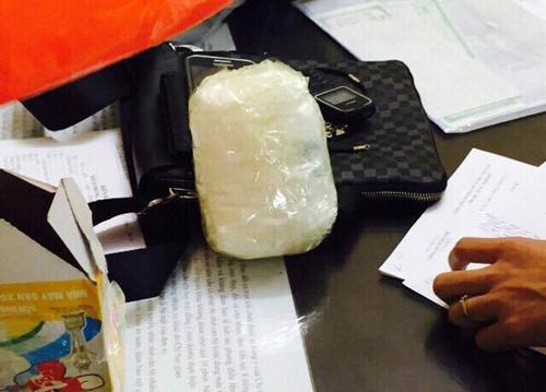 Cảnh sát quật ngã người vận chuyển ma túy bằng taxi - 2