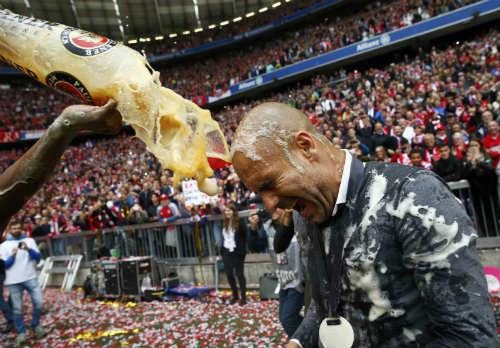 """Cầu thủ Bayern """"tắm bia"""" trong ngày nhận Đĩa bạc - 8"""