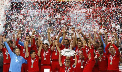 """Cầu thủ Bayern """"tắm bia"""" trong ngày nhận Đĩa bạc - 10"""