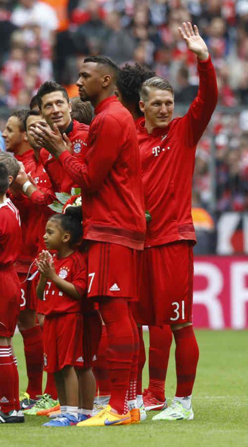 """Cầu thủ Bayern """"tắm bia"""" trong ngày nhận Đĩa bạc - 3"""
