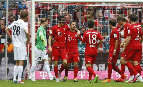 """Cầu thủ Bayern """"tắm bia"""" trong ngày nhận Đĩa bạc - 1"""