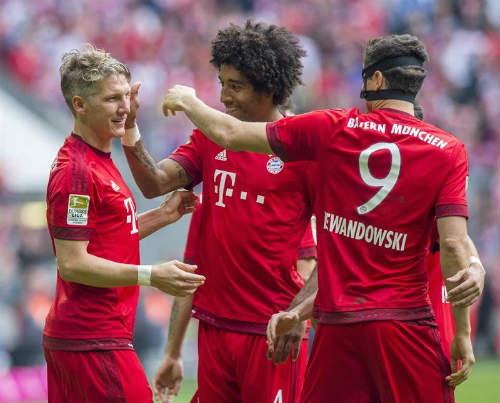 """Cầu thủ Bayern """"tắm bia"""" trong ngày nhận Đĩa bạc - 2"""